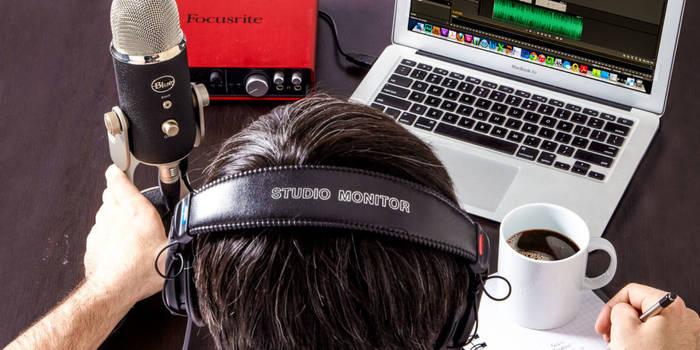 Подкастинг не требует особых навыков: лишь микрофон и умение говорить