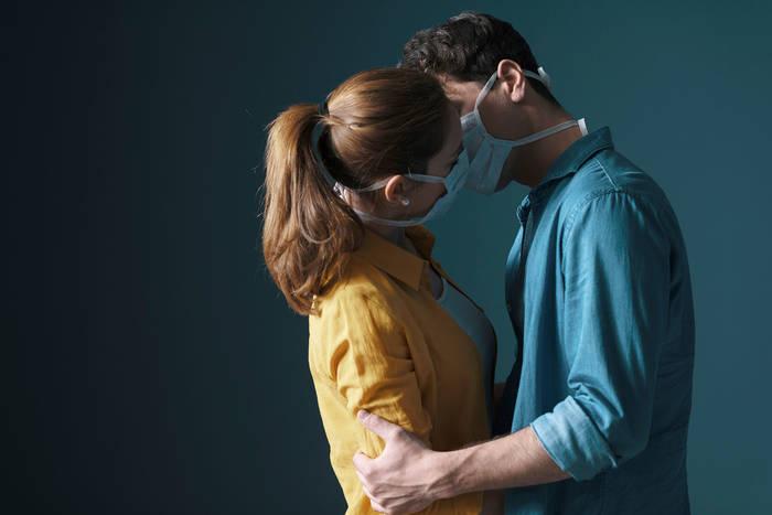 Секс во время коронавируса безопасен, если он без поцелуев