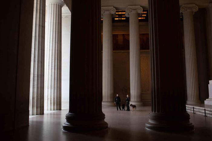 Вашингтон. Даже сезон цветения вишни не привлек посетителей в Мемориал Линкольна