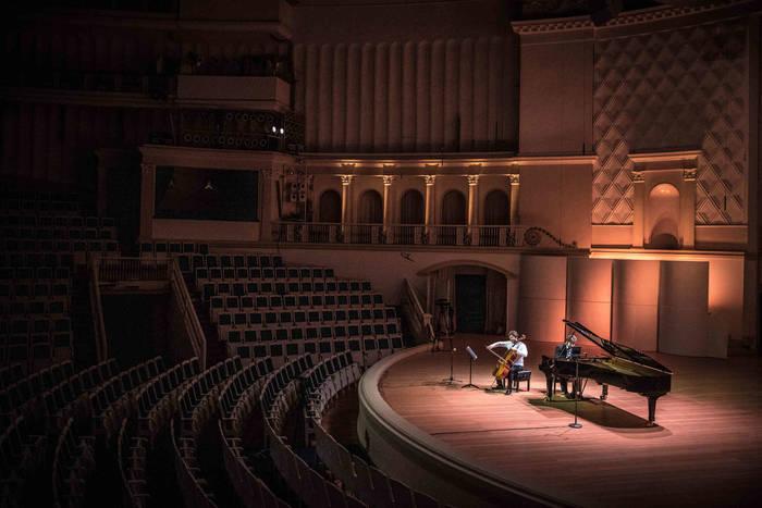 Москва. Места для зрителей опустели и оставались таковыми и на репетиции, и для онлайн-спектакля