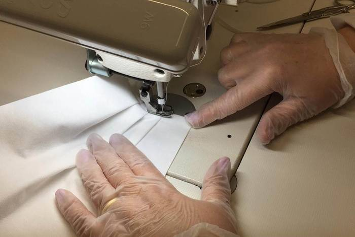 Гиганты мира мод теперь не брезгуют шить маски и перчатки