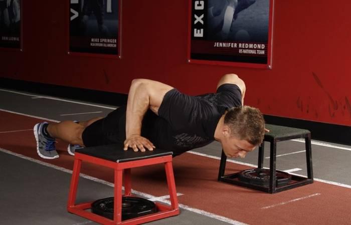 Отжимания на опорах тоже помогут накачать спину