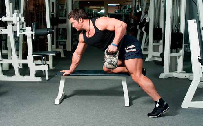 Тяга гантелей в наклоне прокачает не только спину, но и мышцы рук