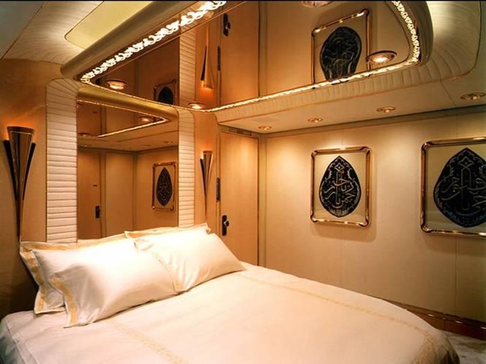Boeing 747−430 султана Брунея Хассанал Болкиаха. Куплен у Lufthansa за смешные $100 млн.