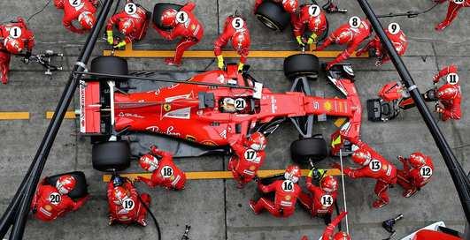 Вторые после гонщиков: как тренируются механики Формулы-1