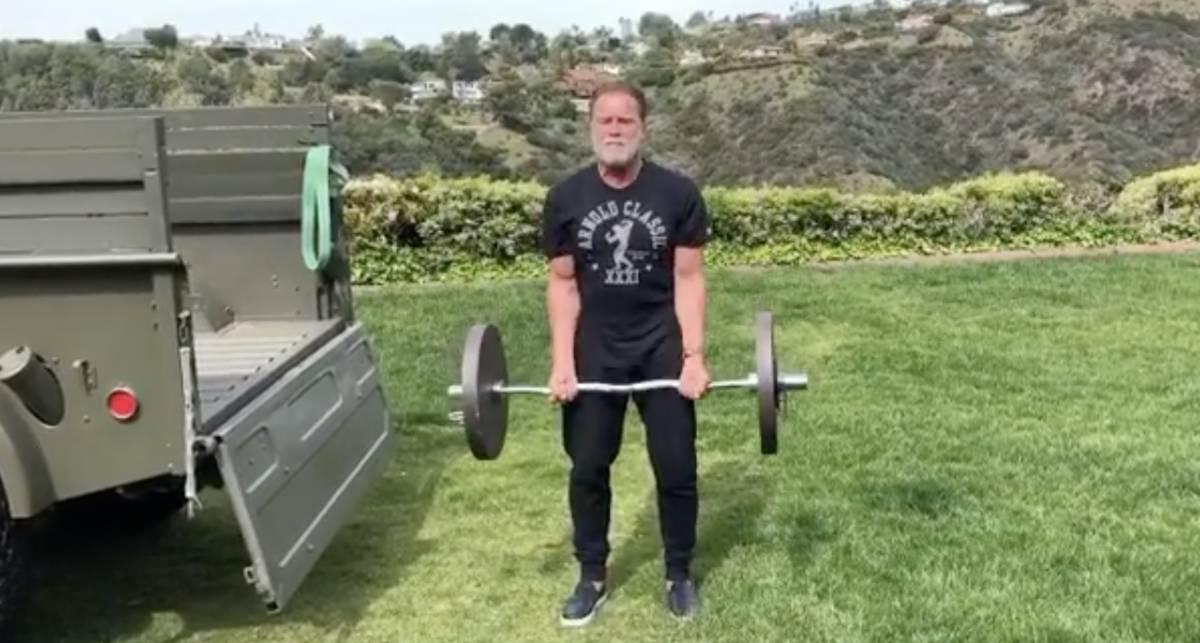 С полным грузовиком штанг: как тренируется Арнольд Шварценеггер на карантине?
