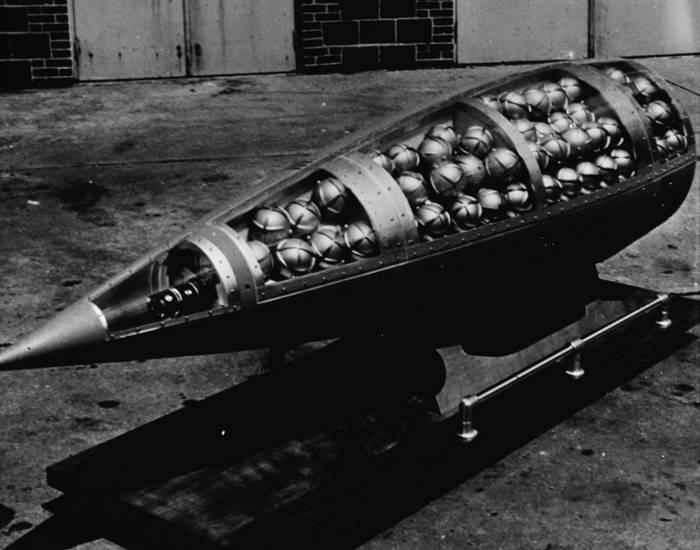Кассетная бомба — снаряд, заполненный десятками и сотнями мелких мин или бомб