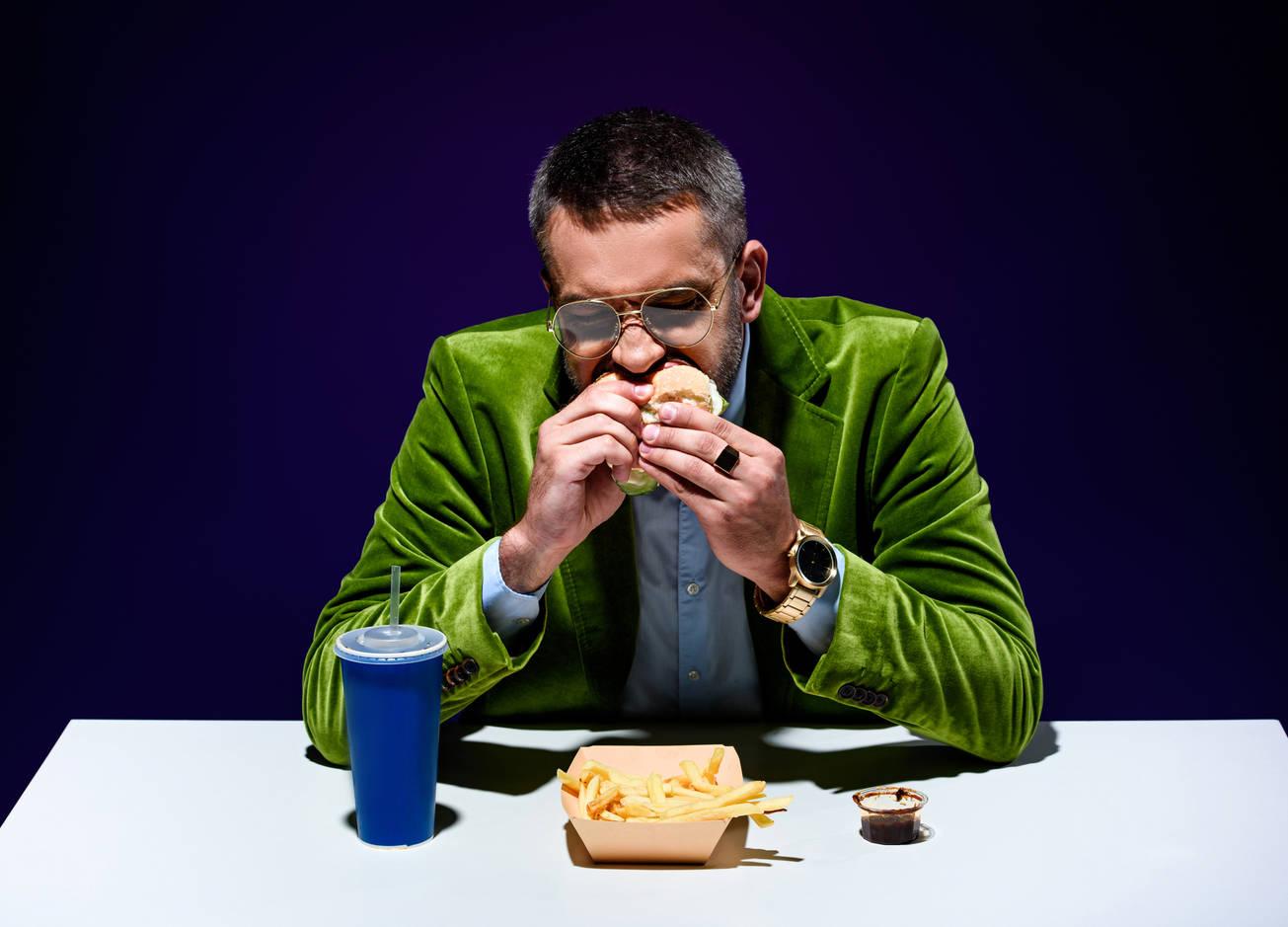 Ешь и кашляй культурно: 5 правил этикета, которые постоянно нарушаешь