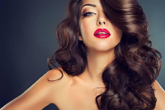Яркие глаза, красные акценты в одежде или макияже - девушки этим пользуются. Будь начеку