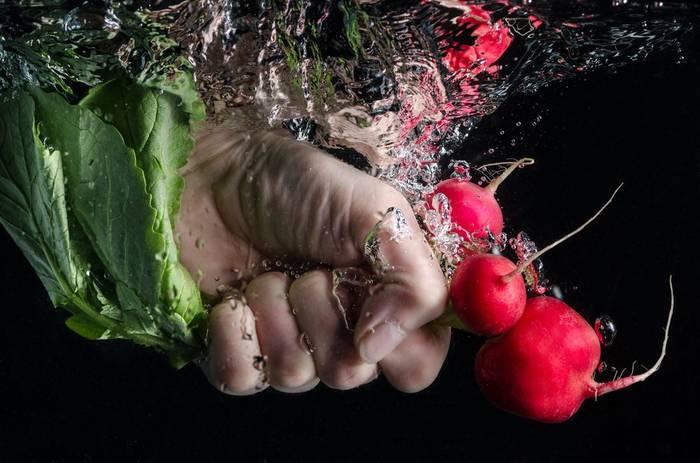 Тщательно мой руки и еду — прежде, чем все это попадет к тебе на стол