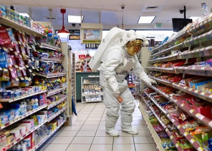 Большинство людей могут хотя бы в магазин сходить. А космонавты - нет
