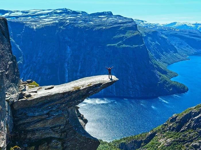 Язык Тролля в Норвегии. Расположен на высоте 700 метров над озером