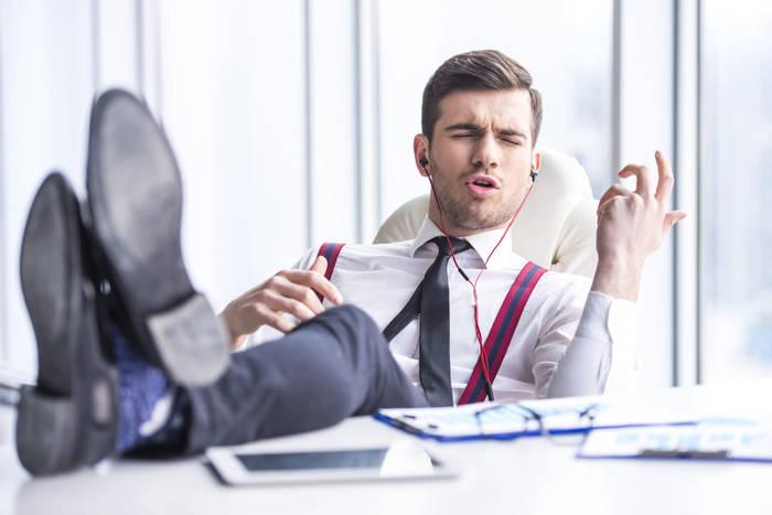 Пользуйся наушниками: надевай их, чтобы не слышать и не реагировать на звуки извне