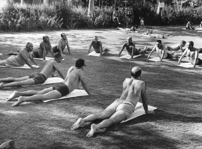 Люди обожали тренироваться на природе (особенно это касалось йоги)