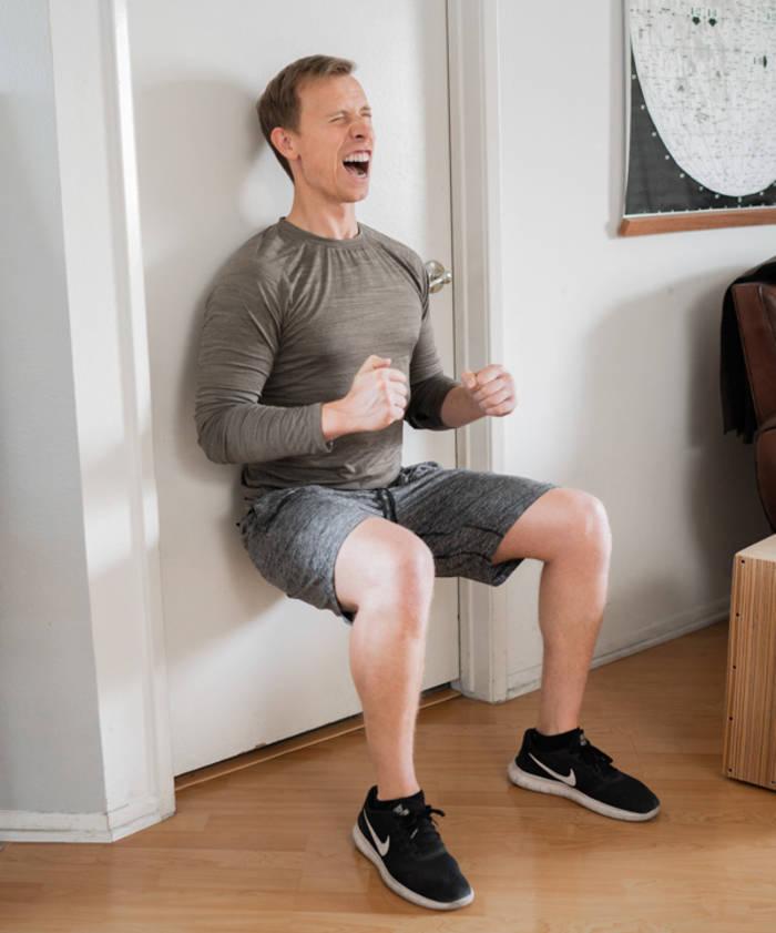 Приседания у стенки заставят твой пресс гореть, а мышцы спины станут крепче