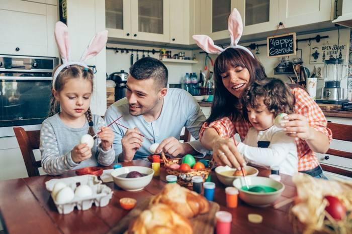 Пасха - праздник семейный, потому в первую очередь уделяй время близким, а не еде