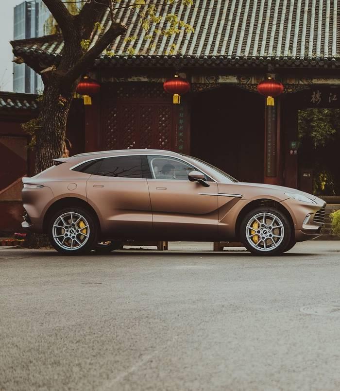 Aston Martin DBX — дебют британского автопроизводителя на рынке кроссоверов