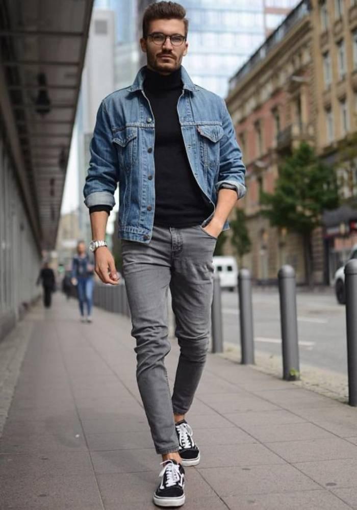 С джинсовой курткой джемпер с высокой горловиной будет смотреться лучше, чем рубашка