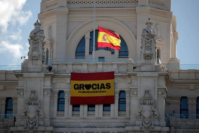 «Спасибо, я остаюсь дома», - плакат на здании мэрии Мадрида