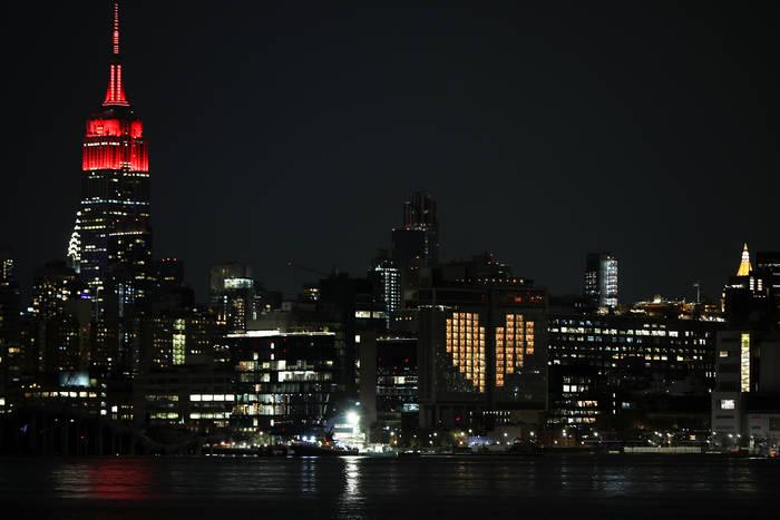 Шпиль Empire State Building стал проблесковым маячком скорой помощи