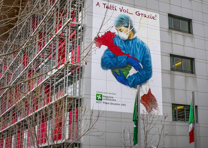 Мурал с изображением медсестры, которая держит в объятиях «Италию», Бергамо