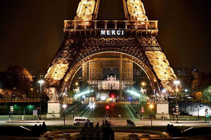 Эйфелева башня в Париже тоже стала объектом выражения благодарности