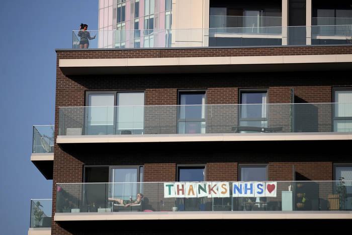 Жители Лондона благодарят врачей плакатами на балконах и в окнах