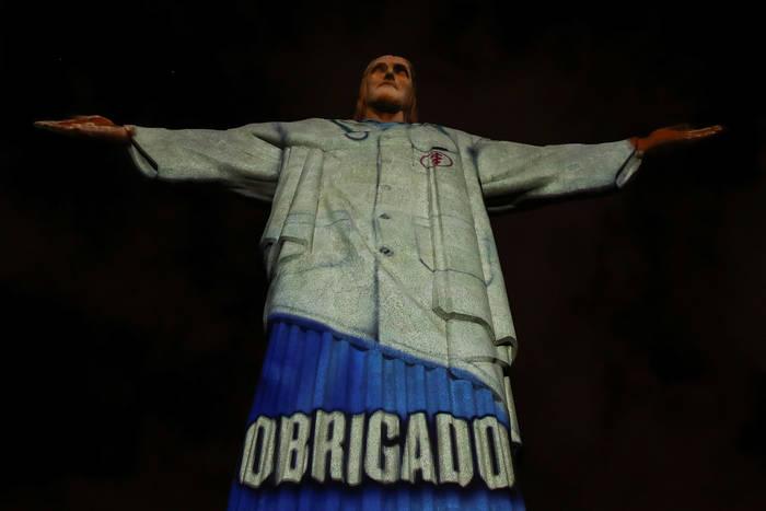 На статую Христа-Искупителя в Рио-де-Жанейро «надели» проекцию медицинского халата и слова благодарности