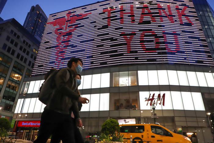 На экранах на Манхэттене в Нью-Йорке тоже чтут здравоохранение
