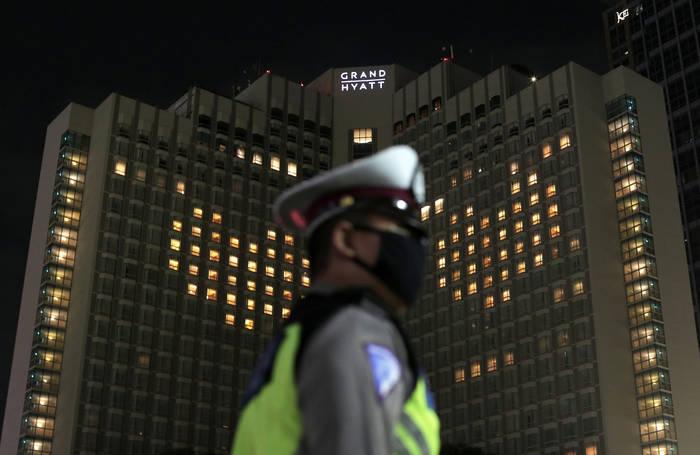Инсталляция отеля Grand Hyatt в Джакарте: свет в окнах образовывает сердца на фасадах