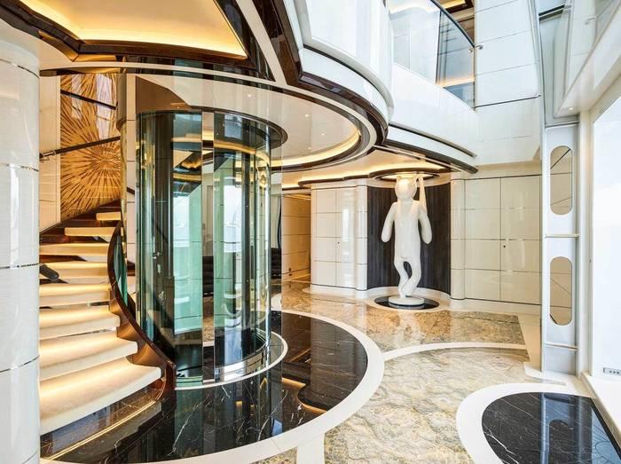 В лифте яхты Excellence можно любоваться окружающим водным пейзажем