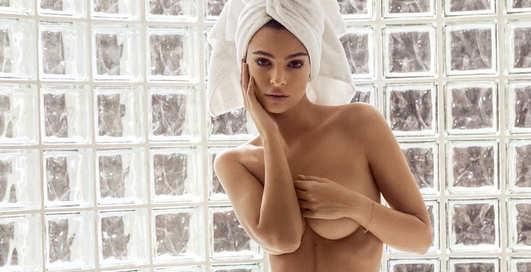 Карантинная реклама: Эмили Ратаковски разделась для пиара своего бренда