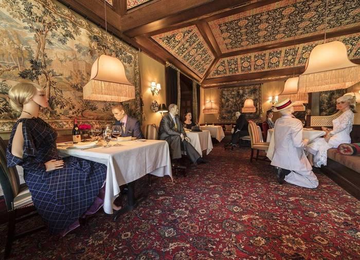 В ресторанах США за столиками — манекены