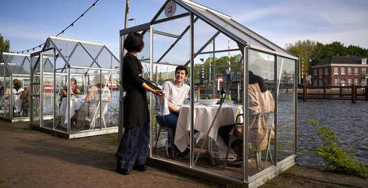 Кабинки и перегородки: как изменятся рестораны после пандемии коронавируса