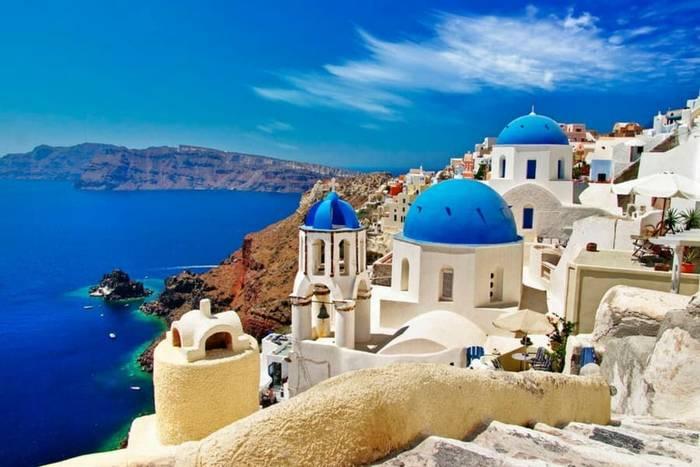 Остров Санторини, Греция. Готов очаровывать белоснежными строениями у синего моря