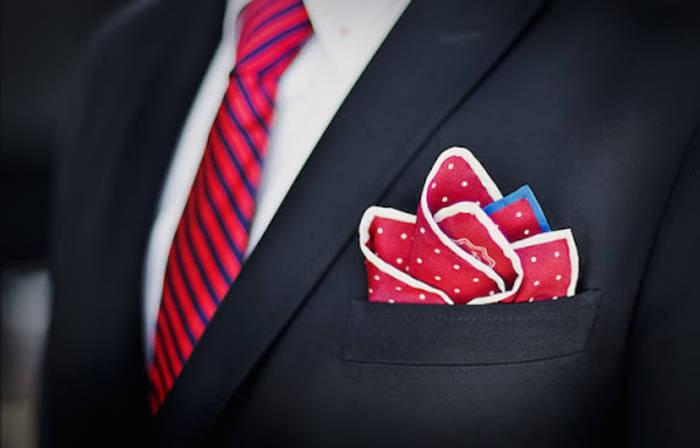 С галстуком должен совпадать только один оттенок платка