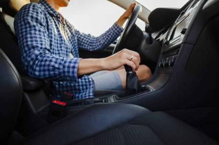 Держаться за рычаг переключения передач небезопасно