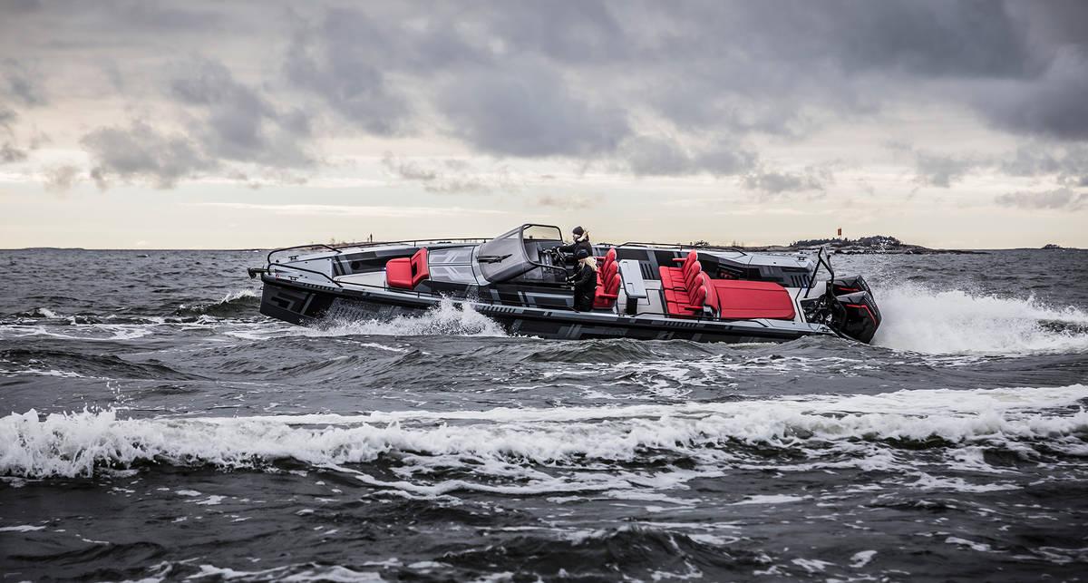 Дым над водой: скоростная лодка Brabus Marine Shadow 900 Black Ops Limited Edition