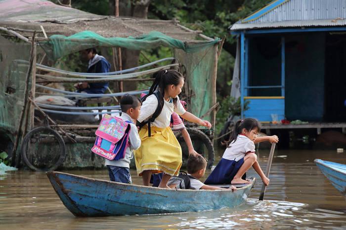 коротко о том, как в школу добираются дети из отдаленных уголков Азии