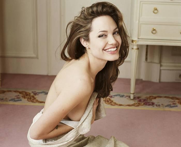 Белоснежная улыбка, точеные скулы - многие девушки хотят быть похожими на Джоли