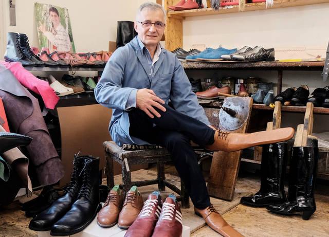 Коронавирусная обувь: румынский сапожник создал ботинки социальной дистанции