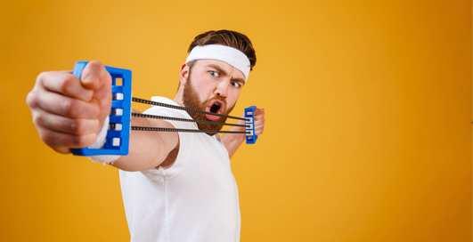 Как накачать руки и плечи: 5 эффективных упражнений с эспандером