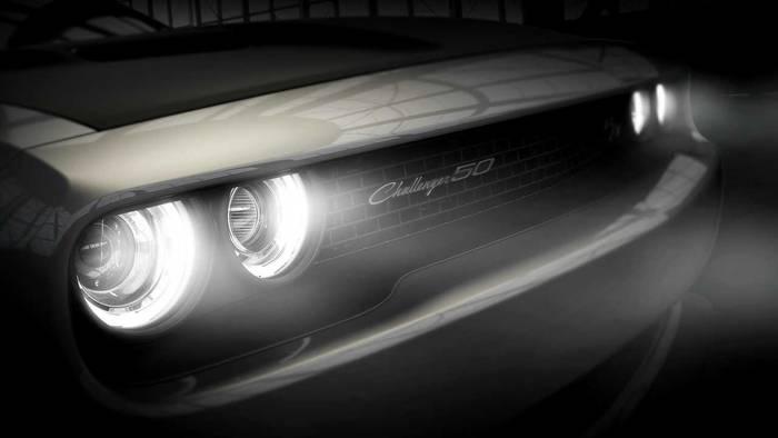 Одна из особенностей Dodge Challenger 50th Anniversary Limited Edition — капот с ручной росписью