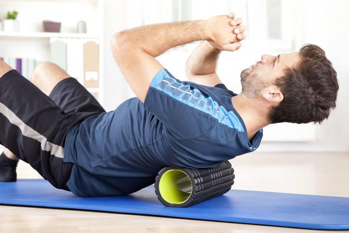 Раскатывание мышц на роллере — еще один хороший способ быстро избавиться от боли в спине
