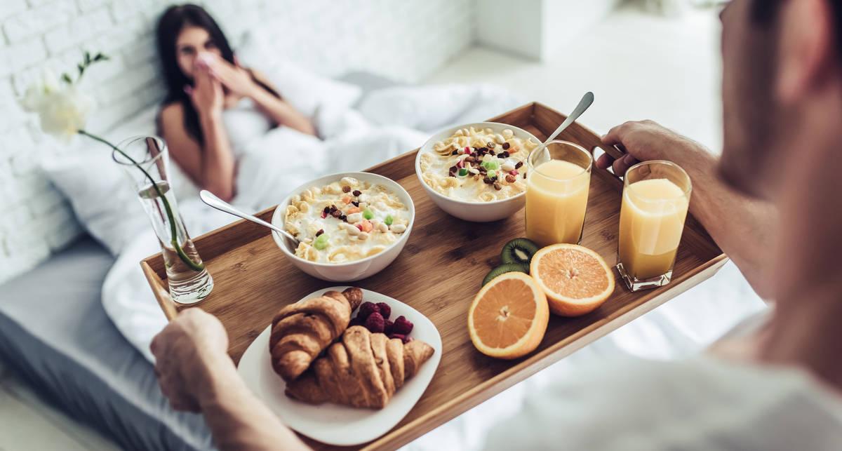 Как приготовить полезный завтрак для девушки: 5 мужских рецептов
