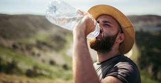Живительная влага: как правильно пить воду летом