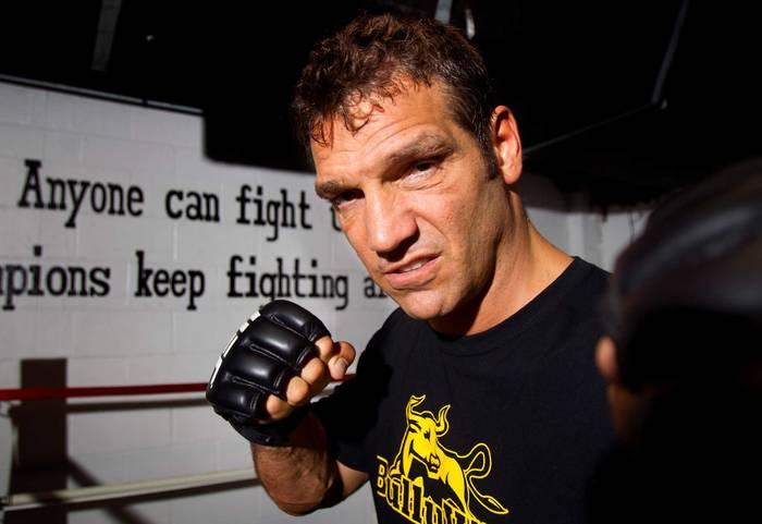 Лу Саварезе — американский боксер-профессионал, выступавший в тяжелой весовой категории