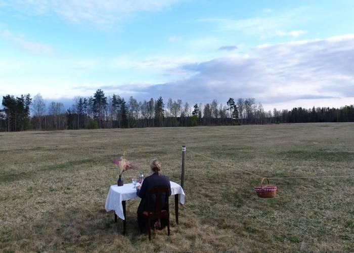Можно заказать столик посреди поля