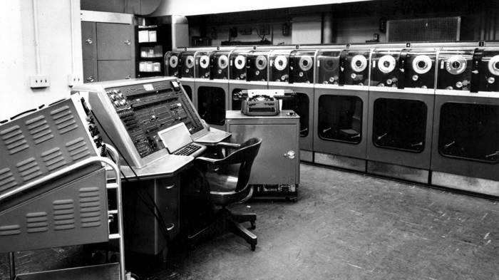 Вот так выглядела одна из первых электронно-вычислительных машин