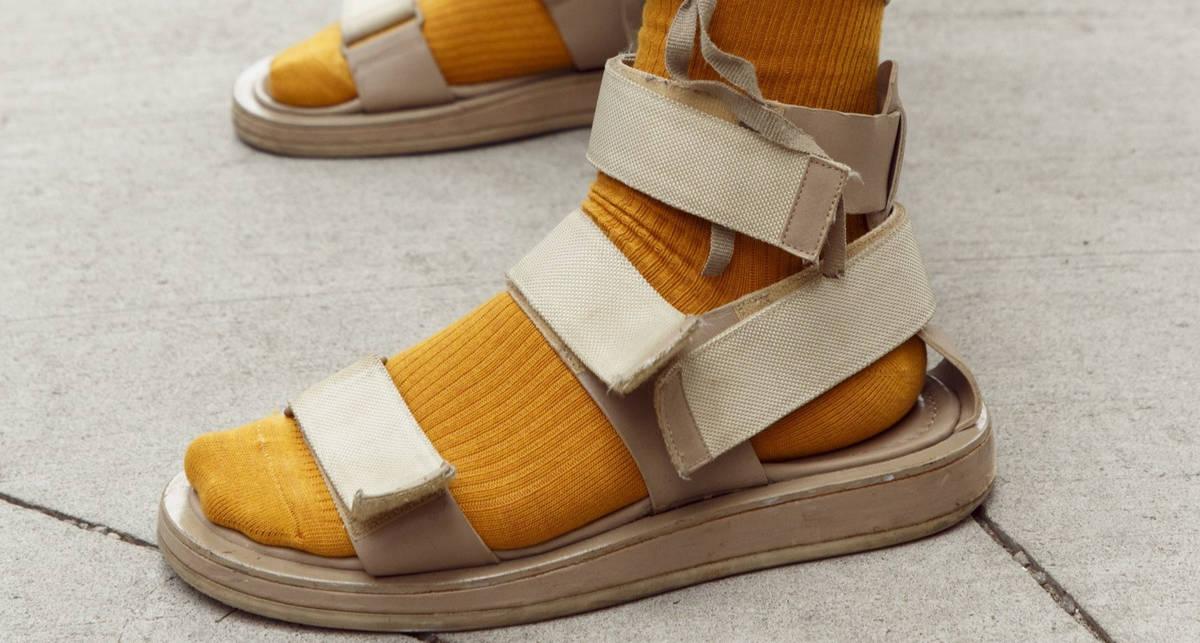 С носками и без: как звезды стритстайла носят сандалии летом 2020